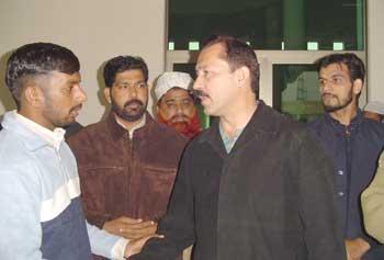 خواجہ جنید سے ایم ایس پاکستانی، ساجد محمود بھٹی اور حافظ محمد صفدر تعزیت کرتے ہوئے