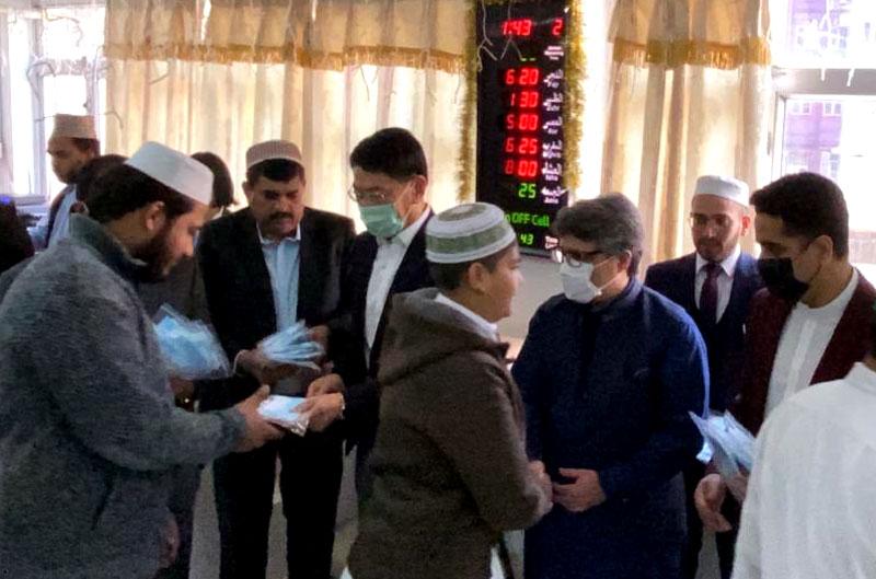 Hong Kong: Pakistan Consul General distributes surgical masks among the  community