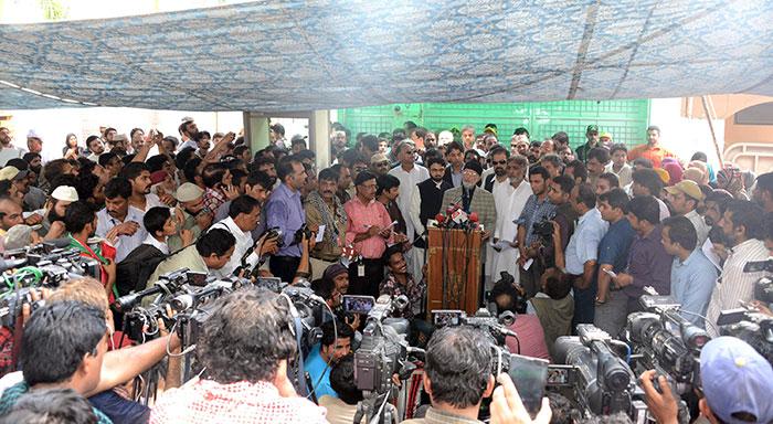 Dr Tahir-ul-Qadri's arrives in Pakistan to a warm welcome