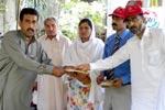 منہاج ویلفیئر فاؤنڈیشن کے زیراہتمام چارسدہ اور لڑامہ میں سیلاب متاثرین میں عیدی کی تقسیم