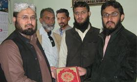 تحریک منہاج القرآن کراچی کی طرف سے اظہر سعید کو عرفان القرآن کا تحفہ
