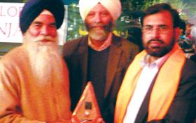 لاہور : سکھ یاتریوں کی طرف سے سہیل احمد رضا کو گرونانک پیس ایوارڈ 2012