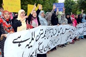 سیدہ زینب رضی اللہ عنہا کے مزار پر حملہ کے خلاف منہاج القرآن ویمن لیگ کا احتجاجی مظاہرہ