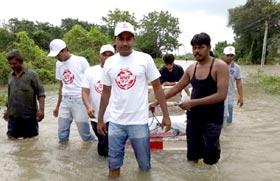 انڈیا: منہاج ویلفیئر فاؤنڈیشن بروڈا، گجرات کے تحت متاثرین سیلاب میں راشن کی تقسیم