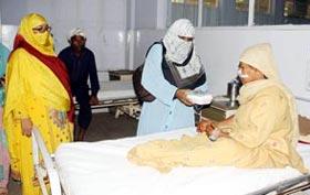 فیصل آباد: منہاج القرآن ویمن لیگ کے زیراہتمام عید الاضحی کے موقع پر مریضوں میں کھانے کی تقسیم