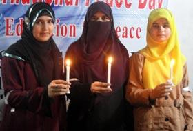 قوم کی مائیں بہنیں اور بیٹیاں مسلح افواج اور شہید سیکیورٹی اہلکاروں کے ساتھ کھڑی ہیں۔ نصرت امین