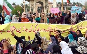 ظالم حکمرانوں کی عدم توجہی اور نا اہلی کی بدولت آج ہزاروں نرسیں سڑکوں پر ہیں، عائشہ شبیر کا مال روڈ پر نرسوں کے دھرنے سے خطاب