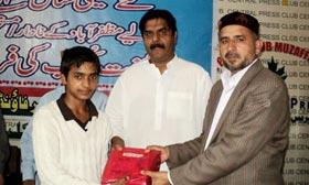 مظفر آباد: منہاج ویلفیئر فاؤنڈیشن کے زیراہتمام 107 نادار اور مستحق طلبہ میں نصابی کتب کی مفت تقسیم