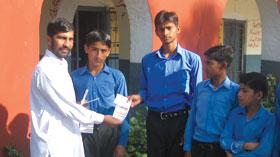 گوجر خان: منہاج ویلفیئر فاؤنڈیشن کے زیراہتمام مستحق طلبہ میں یونیفارم کی تقسیم