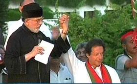 دنیا نیوز: عمران خان اور طاہر القادری نے ایک دوسرے کا ہاتھ تھام لیا