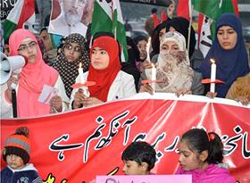 لاہور: سانحہ پشاور، عوامی تحریک خواتین ونگ کی طرف سے شمعیں روشن کی گئیں