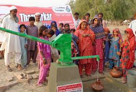 منہاج ویلفیئر فاؤنڈیشن کے زیراہتمام متاثرین تھر میں امدادی سامان کی تقسیم اور واٹرپمپس کی تعمیر