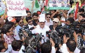عوامی تحریک کا گورنر ہاؤس کے سامنے مظاہرہ، قاتل وزیر مردہ آباد کے نعرے