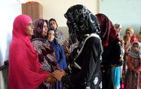 شہر اعتکاف 2015: محترمہ غزالہ حسن قادری کا خواتین اعتکاف گاہ کا دورہ