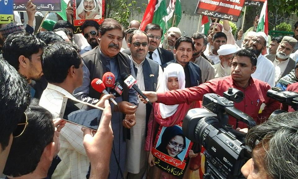 پاکستان عوامی تحریک کے چیف آرگنائزر میجر سعید راجپوت کی انسداد دہشتگردی کی عدالت کے باہر احتجاجی مظاہرہ میں میڈیا سے گفتگو