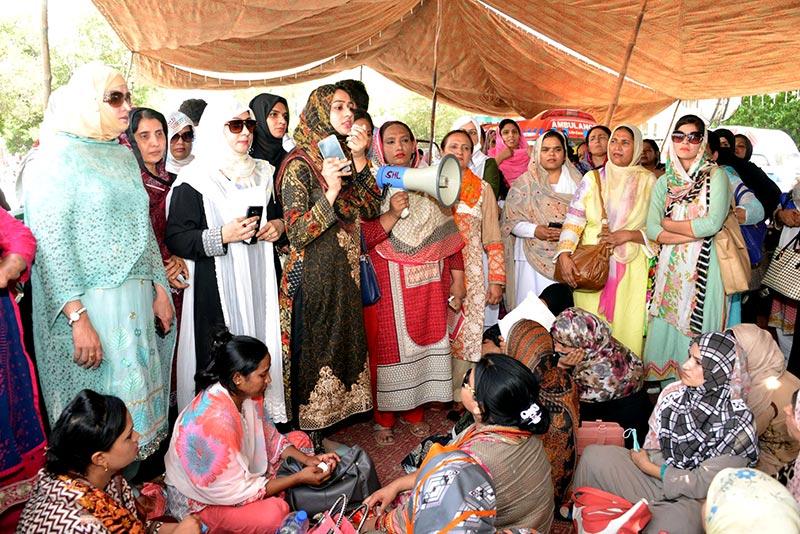 منہاج القرآن ویمن لیگ کے وفد کی ینگ نرسز ایسوسی ایشن کے دھرنے میں شرکت