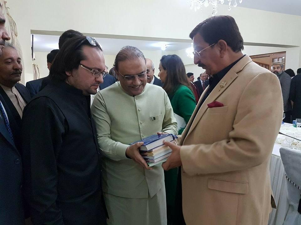 خرم نواز گنڈا پور اور سابق صدر آصف علی زرداری کے درمیان دلچسپ مکالمہ