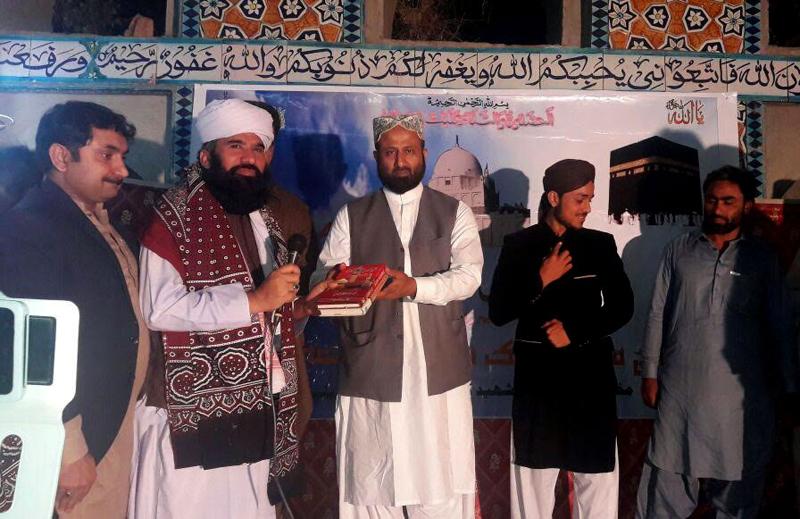 سکھر: تحریک منہاج القرآن کی جانب سے نامور شخصیات کو ڈاکٹر محمد طاہرالقادری کی کتب کے تحائف