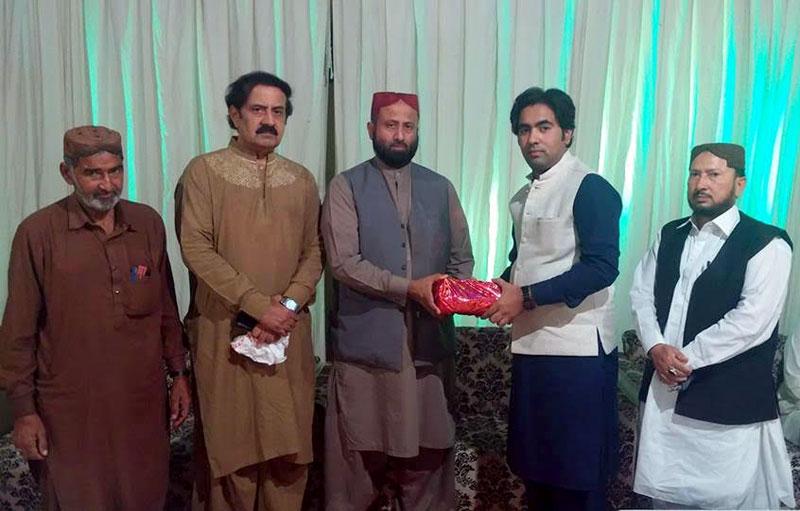 میرپور: ڈاکٹر قیس علی کو تحریک منہاج القرآن کی طرف سے شیخ الاسلام کی کتب کا تحفہ