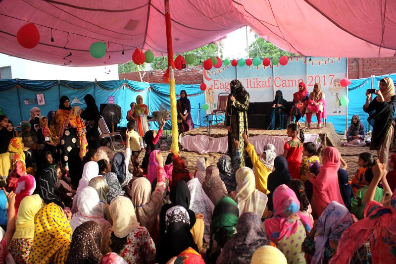 ڈاکٹر غزالہ حسن قادری کا کڈز اعتکاف کیمپ کا دورہ