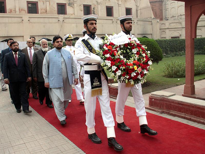 اقبال ڈے پر منہاج یونیورسٹی کے وفد کی مزار اقبال پر حاضری