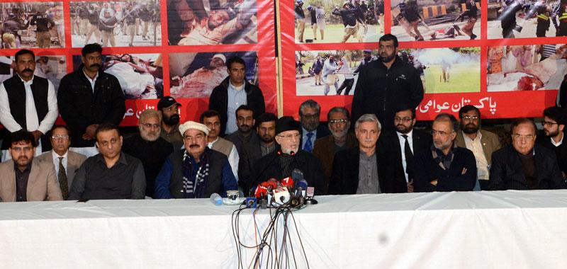 ایکشن کمیٹی کے اجلاس کے بعد سیاسی جماعتوں کے رہنماؤں کے ہمراہ پریس کانفرنس
