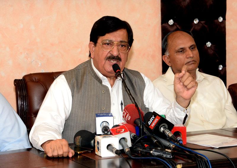 چار دنوں کے وزیراعظم ڈاکٹر طاہرالقادری کے بارے میں کسی غلط فہمی میں مبتلا نہ ہوں: خرم نواز گنڈاپور