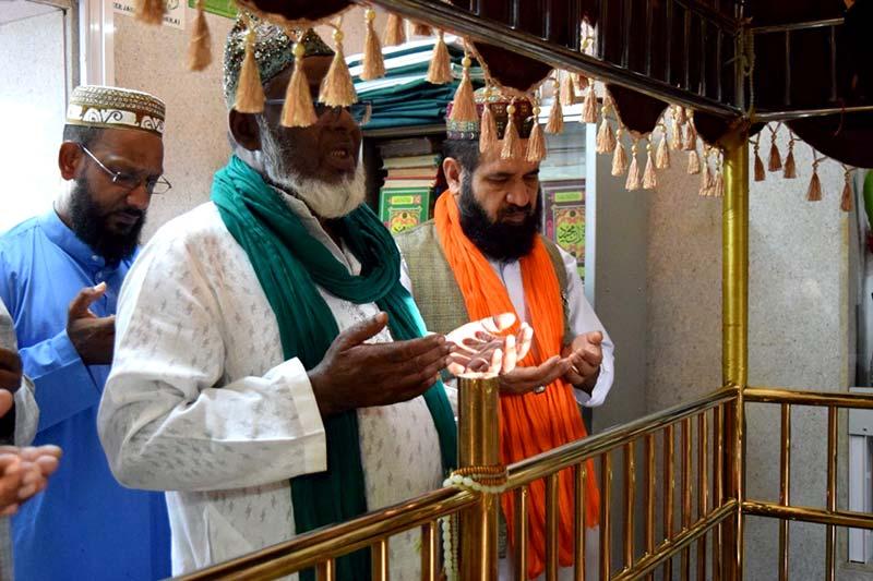 موریشس: علامہ طاہر رفیق کی حضرت صوفی جہانگیر شاہ (رح) کے مزار پر حاضری