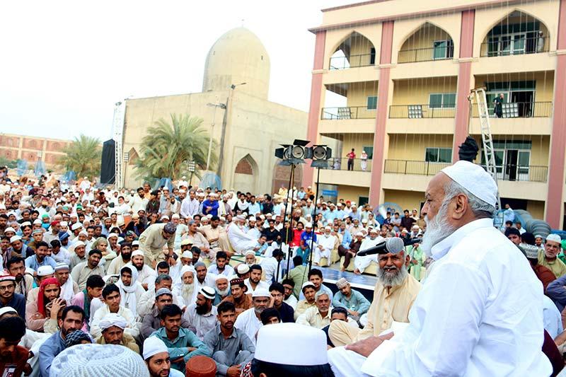 Mufti Abdul Qayyum Khan Hazarvi delivers talk on jurisprudential matters