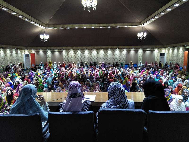 خواتین کے شہراعتکاف میں معتکفات کی ڈاکٹر غزالہ حسن قادری کیساتھ نشست