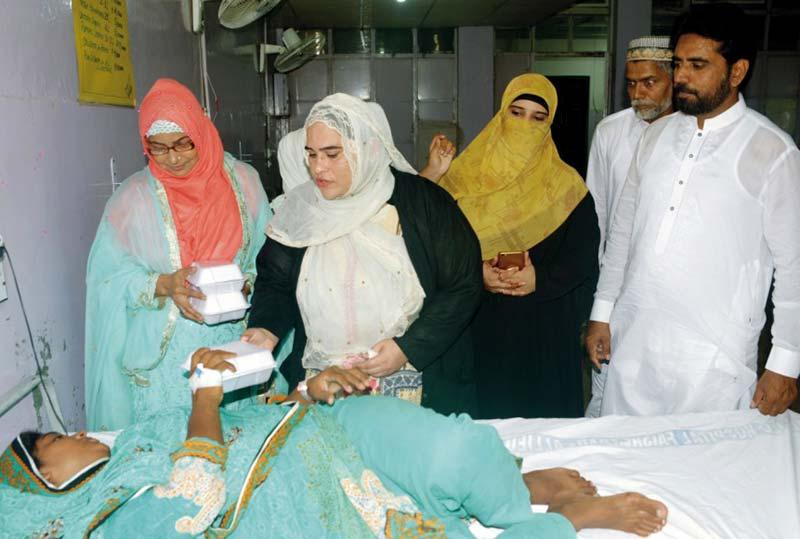 منہاج ویمن لیگ فیصل آباد کے زیراہتمام عید الاضحیٰ کے موقع پر مریضوں میں کھانے کی تقسیم