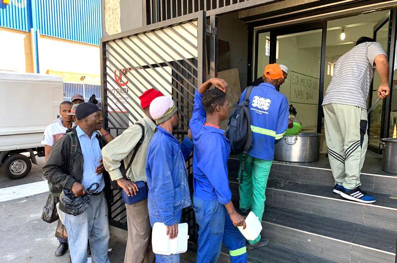 جنوبی افریقہ: منہاج ویلفیئر فاؤنڈیشن کے تحت مستحق افراد میں کھانے اور کپڑوں کی تقسیم