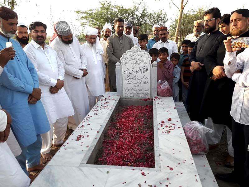 عوامی تحریک و منہاج القرآن کے رہنماؤں کی شہدائے انقلاب کی قبروں پر حاضری