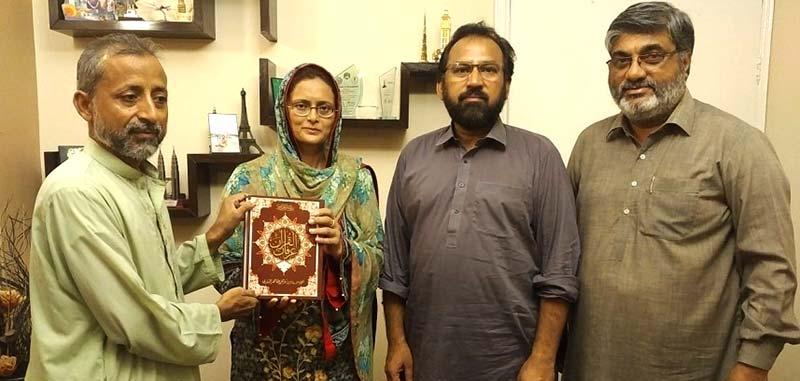 منہاج القرآن کراچی کی طرف سے معروف بزنسمین امتیاز احمد شیخ کی اہلیہ کو عرفان القرآن کا تحفہ