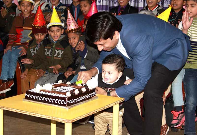 اینکر پرسن علی ممتاز کا دورہ آغوش، اپنے بیٹے کی سالگرہ یتیم بچوں کیساتھ منائی