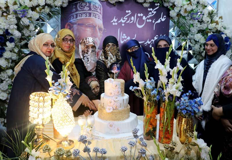 قائد ڈے پر منہاج القرآن ویمن لیگ کی کیک کٹنگ تقریب