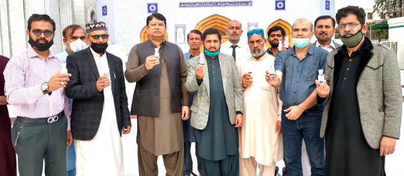 منہاج القرآن لاہور کی طرف سے عوام میں سینیٹائزر کی تقسیم