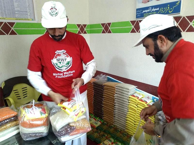 افضل پور کھڑی شریف (میرپور، آزاد کشمیر): منہاج ویلفیئر فاؤنڈیشن کی جانب سے راشن پیکجز کی تقسیم