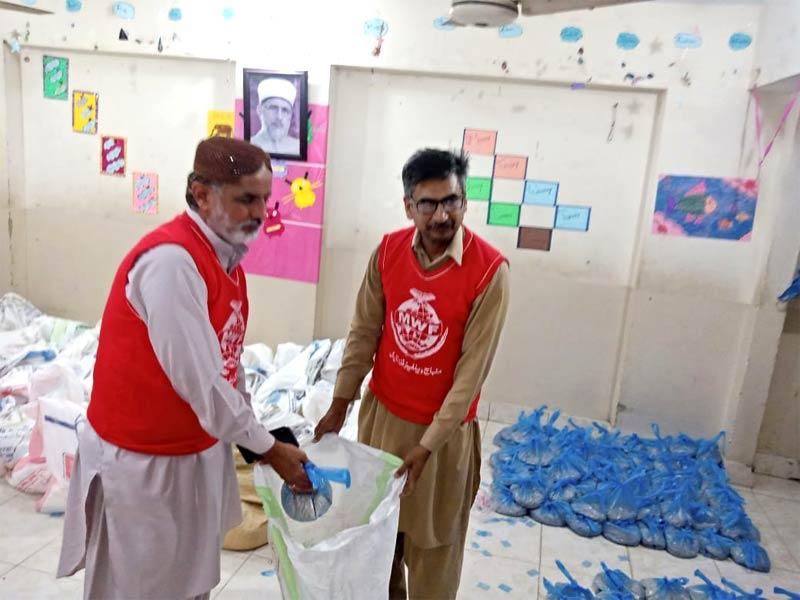 لیاری ٹاؤن (کراچی): منہاج ویلفیئر فاؤنڈیشن کی جانب سے راشن پیکجز کی تقسیم