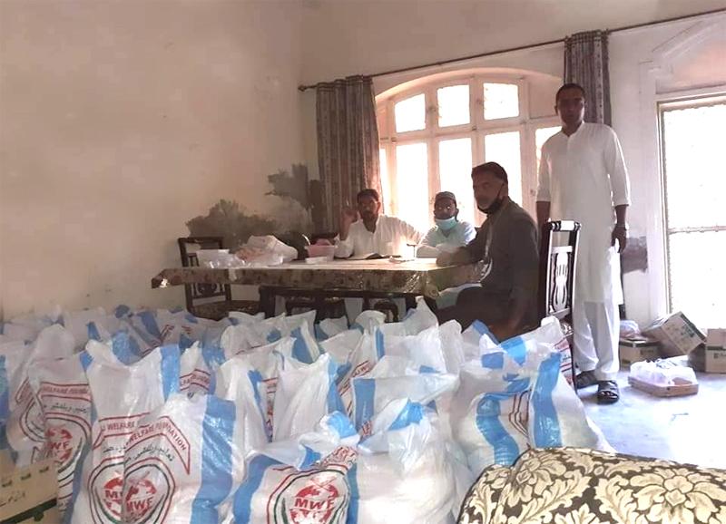 سیالکوٹ (یو سی کپور والی): منہاج ویلفیئر فاؤنڈیشن کی جانب سے راشن پیکجز کی تقسیم