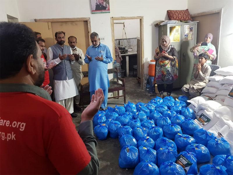 پتوکی (قصور): منہاج ویلفیئر فاؤنڈیشن کی جانب سے 200 مستحق گھرانوں میں راشن پیکجز کی تقسیم