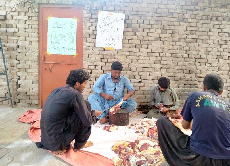 چشتیاں (بہاولنگر سی): منہاج ویلفیئر فاؤنڈیشن کے زیراہتمام اجتماعی قربانی، مستحقین میں گوشت کی تقسیم