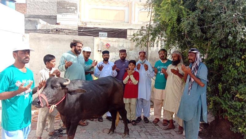 لودھراں: منہاج ویلفیئر فاؤنڈیشن کے زیراہتمام اجتماعی قربانی، مستحقین میں گوشت کی تقسیم