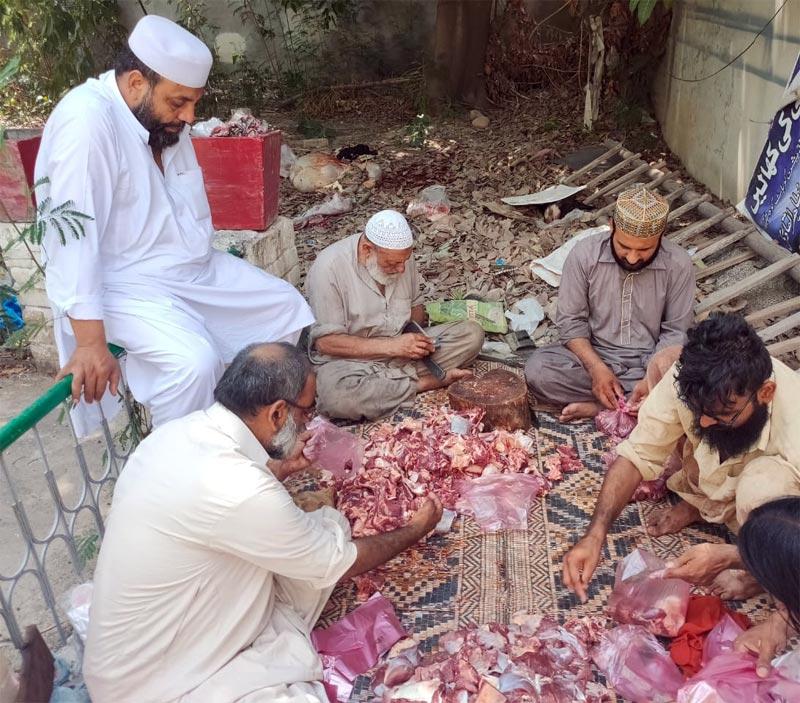 کوہاٹ: منہاج ویلفیئر فاؤنڈیشن کے زیراہتمام اجتماعی قربانی، مستحقین میں گوشت کی تقسیم