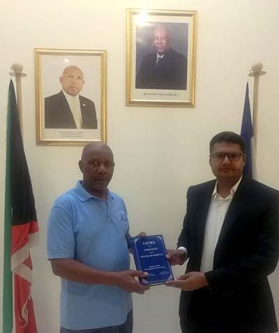 کویت: سفیر برائے کویت سفارہ لیسوتھو بوومو فرانک سوفونیا کو شیخ الاسلام کے  دہشت گردی کیخلاف فتویٰ کا تحفہ