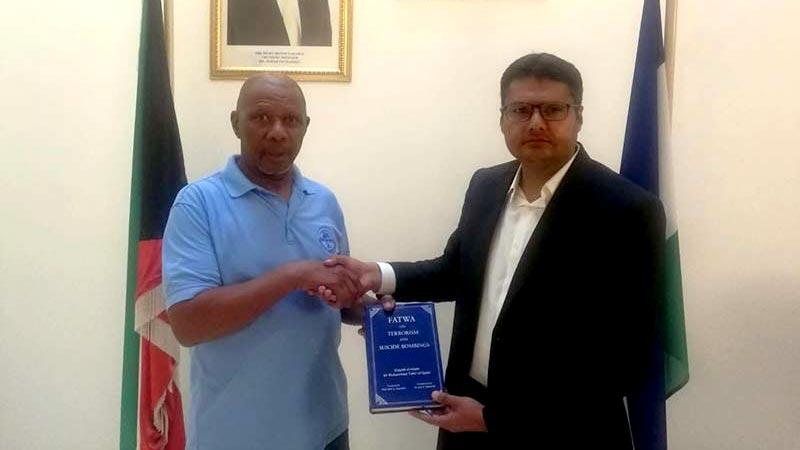 کویت: سفیر برائے کویت سفارہ لیسوتھو بوومو فرانک سوفونیا کو ڈاکٹر طاہرالقادری کے  دہشت گردی کیخلاف فتویٰ کا تحفہ