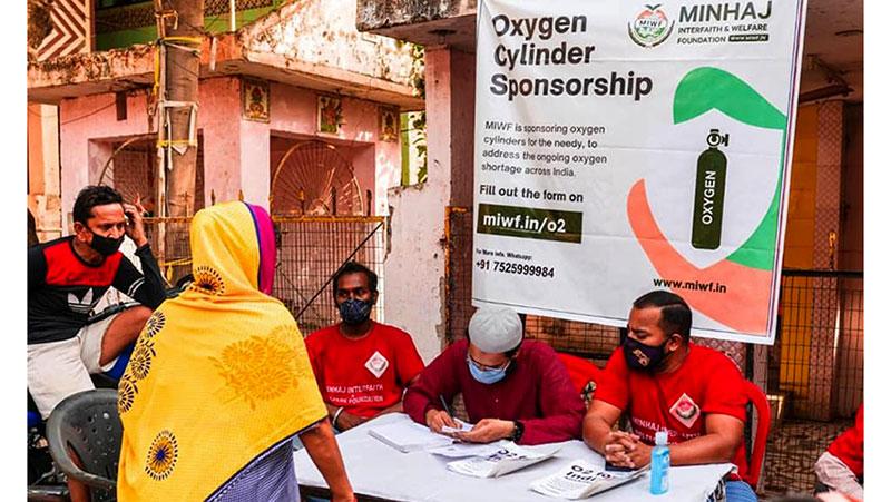 انڈیا: منہاج انٹرفیتھ اینڈ ویلفیئر فاؤنڈیشن کے زیراہتمام کوورنا وائرس کے مریضوں کو آکسیجن  سلنڈرز کی فراہمی