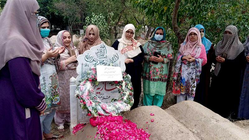 منہاج القرآن ویمن لیگ کے وفد کی شہیدہ ماڈل ٹاؤن تنزیلہ امجد اور شازیہ مرتضیٰ کی قبروں پر حاضری