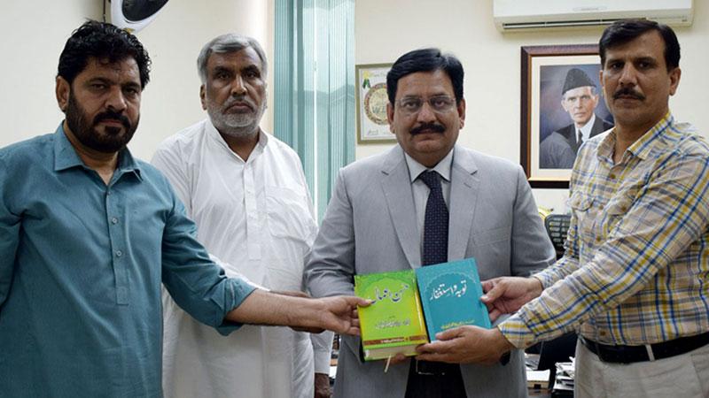 ابوالحسن شاذلی لائبریری کے لئے ڈاکٹر محمد طاہرالقادری کی کتب کا تحفہ، اسلام کے لیے شیخ الاسلام کی خدمات قابل تعریف ہیں: ڈی جی سپورٹس بورڈ پنج