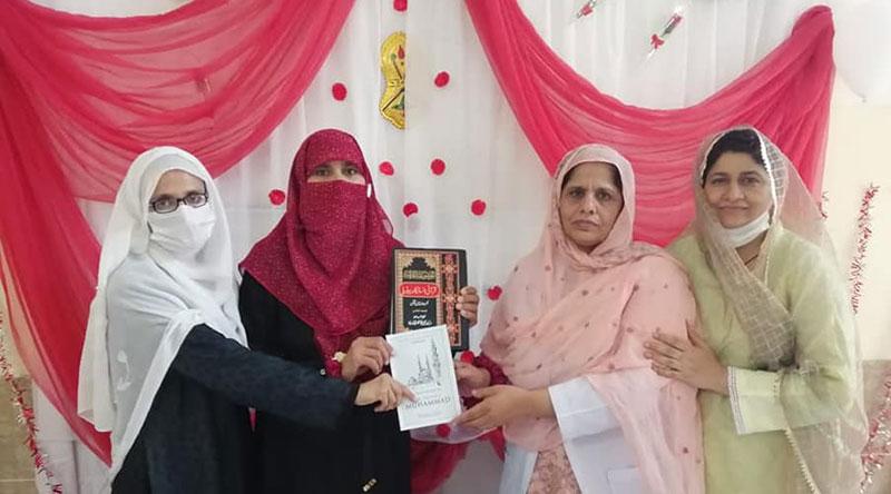 منہاج ویمن لیگ کا نرسنگ کالج آف ڈی ایچ کیو جہلم کی لائبریری کے لئے قرآنی انسائیکلوپیڈیا کا تحفہ